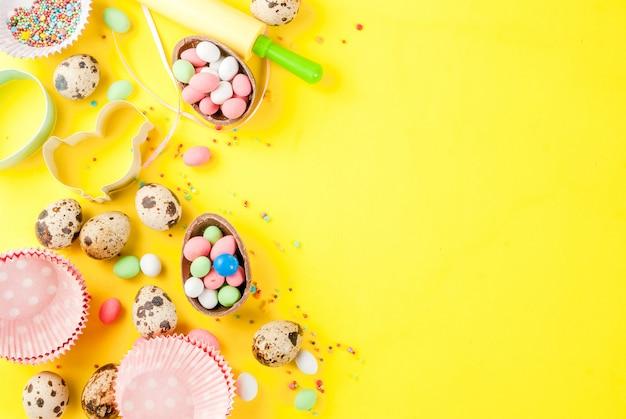 Deegroller, garde voor zweepslagen, koekjessnijders, kwarteleitjes en suiker besprenkelen op geel