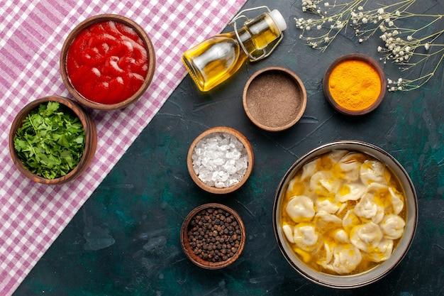 Deegsoep van het hoogste meningsdeeg met verschillende kruiden en olie op de blauwe de soep van het oppervlaktebestanddeel van het voedselmaaltijd deegschotel dinersaus
