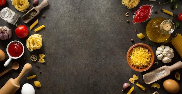 Deegwaren en voedselingrediënt op donker