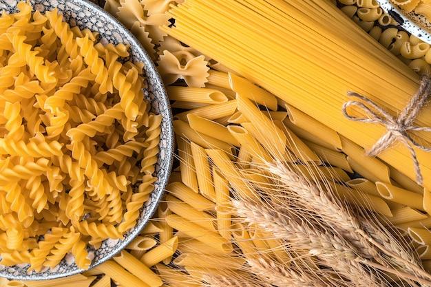 Deegwarenclose-up met tarwe. het uitzicht vanaf de top. concept van culinaire achtergronden.