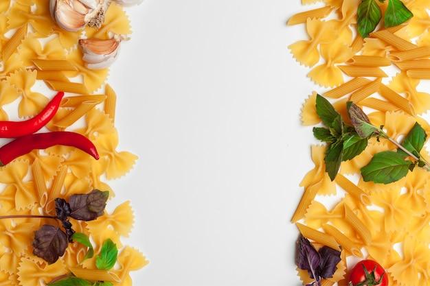 Deegwarenspaghetti met ingrediënten voor het koken van deegwaren op een witte achtergrond, hoogste mening.