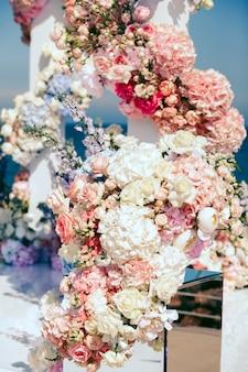 Deel met bloemen op bruiloft boog