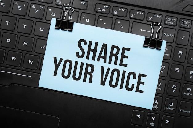 Deel uw stem inscriptie op witboek notitie op laptop toetsenbord