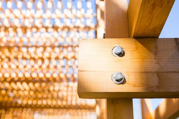 Deel van houten constructie. gebouw in het park