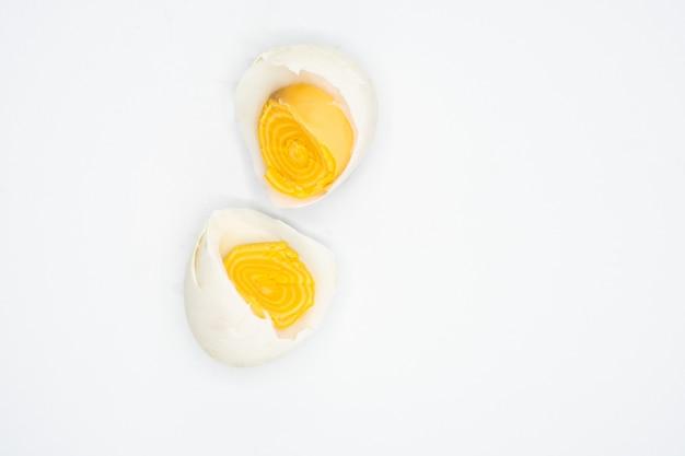 Deel van wit ei op witte achtergrond