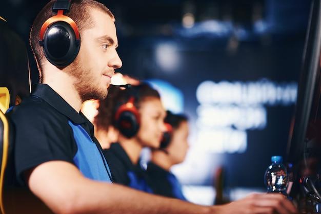 Deelnemen aan esport-toernooi zijaanzicht van volledig geconcentreerde blanke man mannelijke cybersport