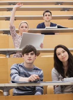 Deelnemende studenten in een collegezaal