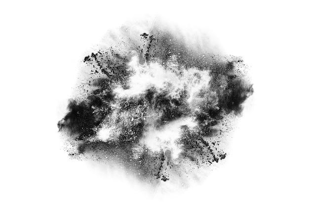 Deeltjes houtskool op witte achtergrond