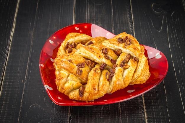 Deense gebakje esdoorn pecannoten met noten en ahornsiroop
