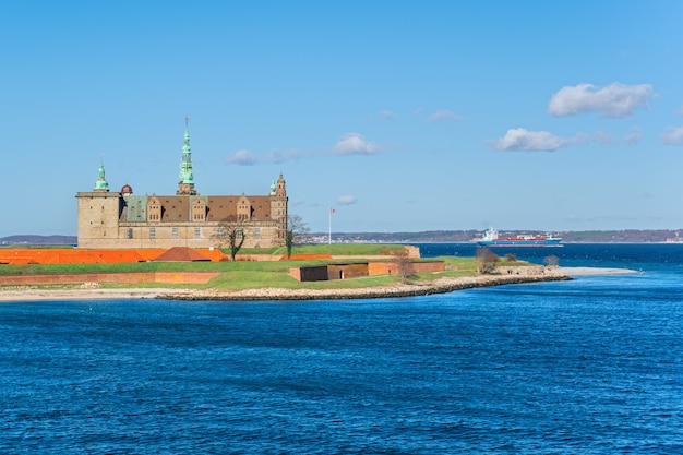 Deense haven van helsingor met kasteel kronborg in zonnige dag