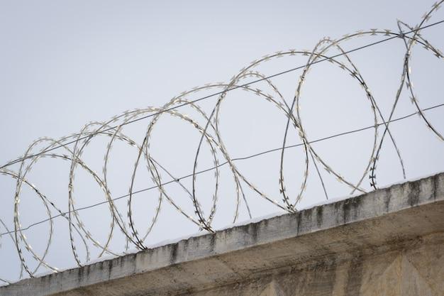 Defensieve omheining tegen gevangenen in de gevangenis. bescherming tegen ontsnapping uit de gevangenis