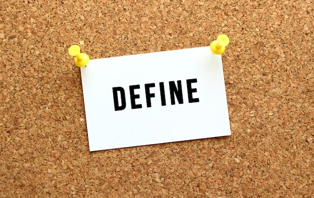 Define is geschreven op een kaart die aan het prikbord is bevestigd met een knopherinnering op het kantoorbord