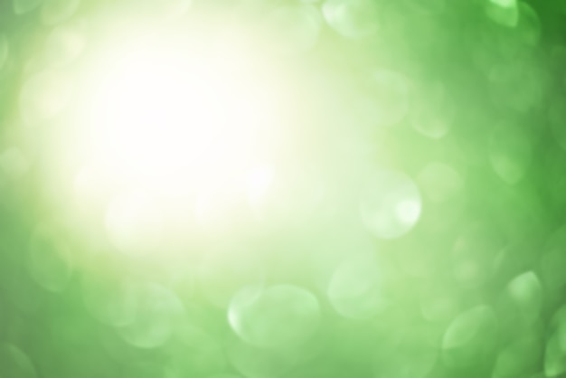 Defocus lichte achtergrond. abstracte achtergrond van wazig groen en een schittering van de zon.
