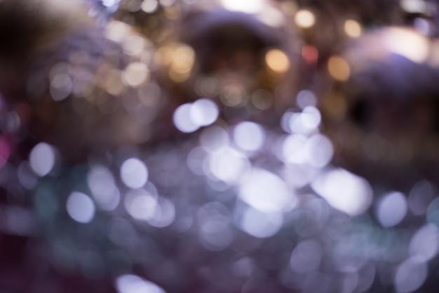Defocused kerstsamenstelling. kerstmis paarse en gouden ballen. wazig abstracte achtergrond.