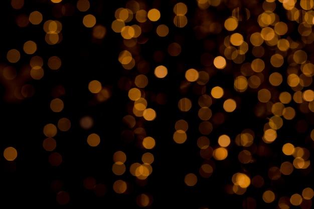 Defocused of goud glitter sprankelende bokeh van kerstboom lichte decoraties