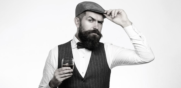 Degustatie, proeverij. man met baard houdt glas cognac.