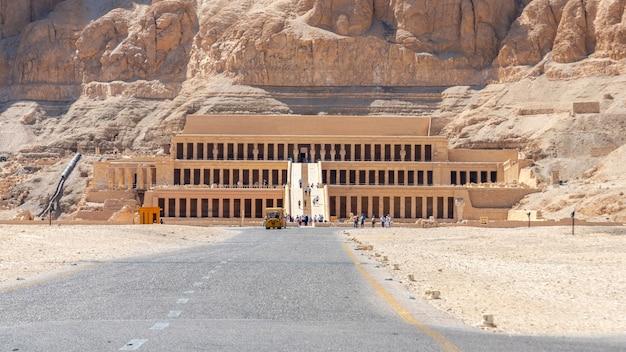 Deir al-bahari complex en de tempel van hatshepsut, luxor, egypte