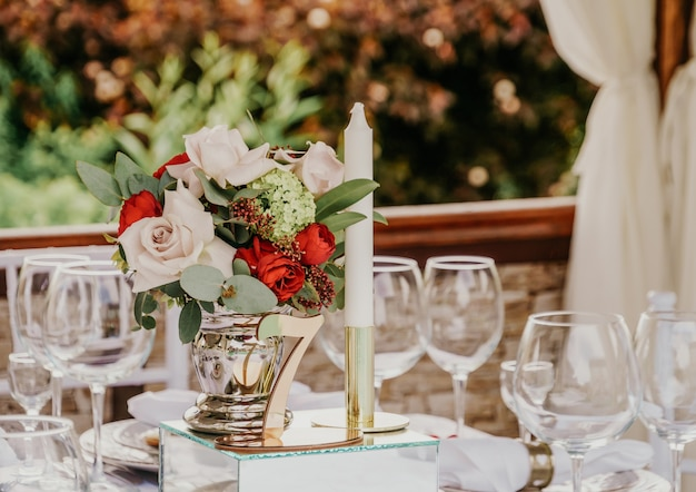 Dek tafel bij een bruiloftsbanket in het park.
