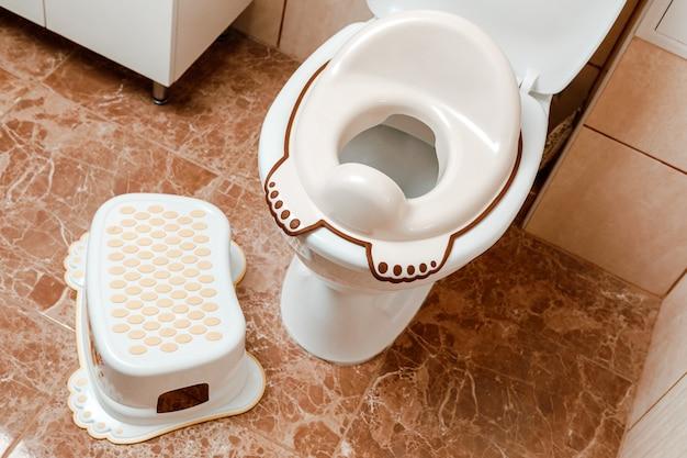 Deksel voor toiletbril voor kinderen. hoe een kind aan het toilet te laten wennen.