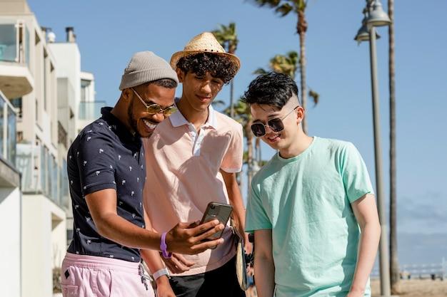 Delen op sociale media, tienerjongens kijken naar virale inhoud