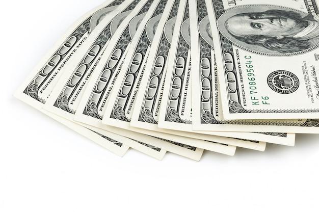 Delen van de $ 100-biljetten zijn waaiervormig van boven. geïsoleerd.