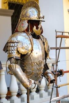 Delen van het pantser van de oude ridder. een middeleeuws concept. metalen textuur.