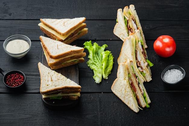 Deli verse sandwich met kip, op zwarte houten tafel