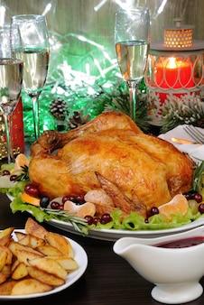 Delicaat gebakken kip met een smakelijk korstje met een citrus garnituur op de kersttafel