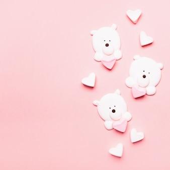 Delicaat marshmallow-dessert in de vorm van beren op een roze achtergrond