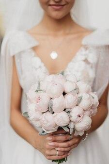 Delicaat minimalistisch boeket van roze pioenrozen.