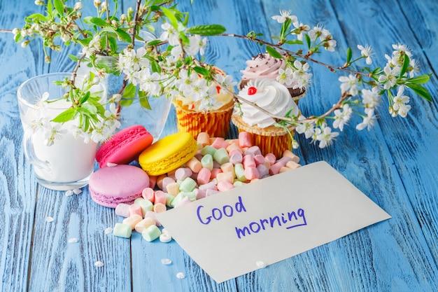 Delicate bitterkoekjes en marshmallows met melk en bericht