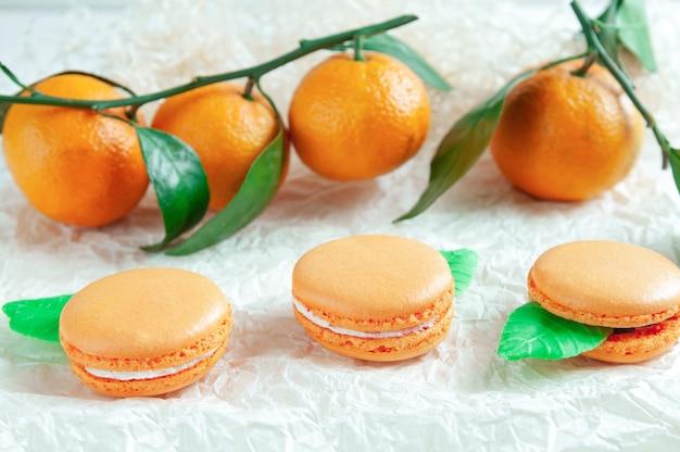 Delicate bitterkoekjes met mandarijn. op wit knutselpapier. onscherpe achtergrond. uitzicht van boven.
