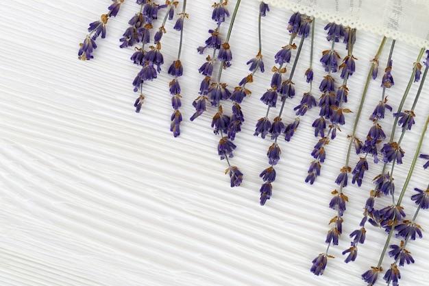 Delicate bloemen van lavendel met kant op wit hout