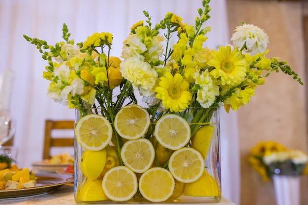 Delicate compositie met bloemen en fruit bruiloft