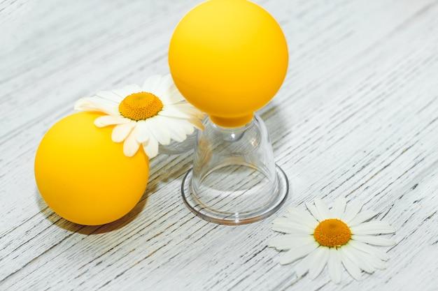 Delicate kamille close-up met anti-cellulitis vacuüm massage cups.