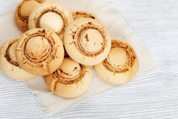 Delicate knapperige koekjes in de vorm van champignons. gebakken zoete koekjes.