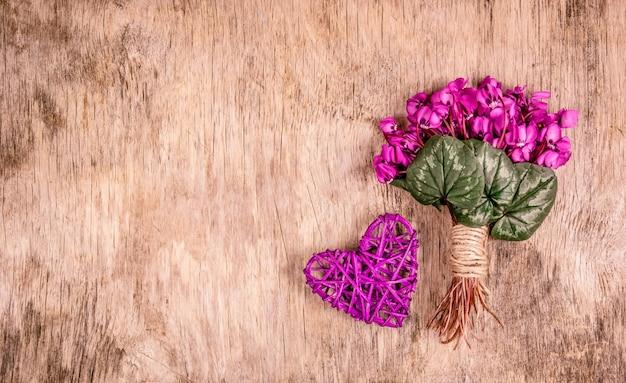 Delicate lentebloemen en rieten hart