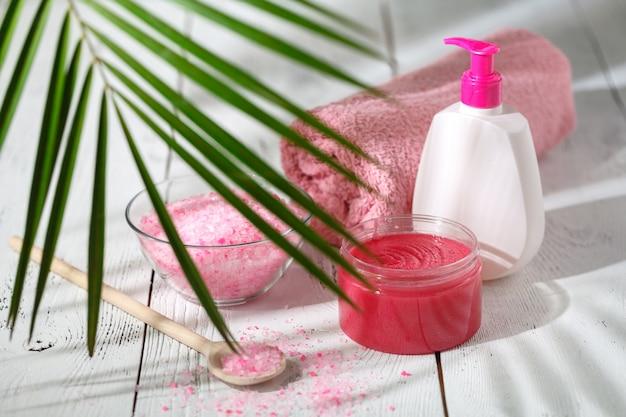 Delicate natuurlijke cosmetica dragen huidverzorging op witte tafel met groene bladeren