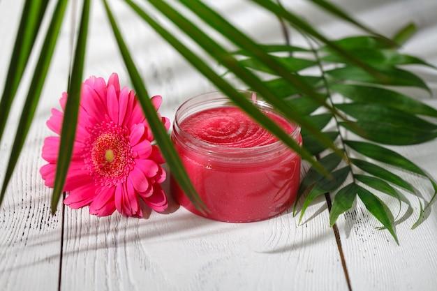 Delicate natuurlijke cosmetica voor huidverzorging op witte tafel met groene bladeren