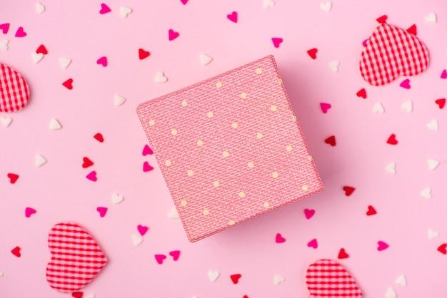 Delicate roze feestachtergrond met slingers om te vieren met verspreide confetti