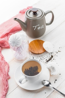 Delicate witroze marshmallows met geurige thee