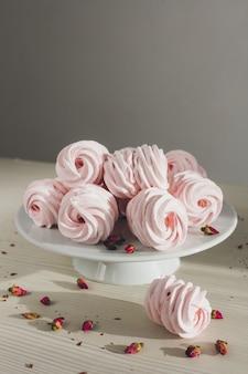Delicate zelfgemaakte marshmallows ligt op tafel
