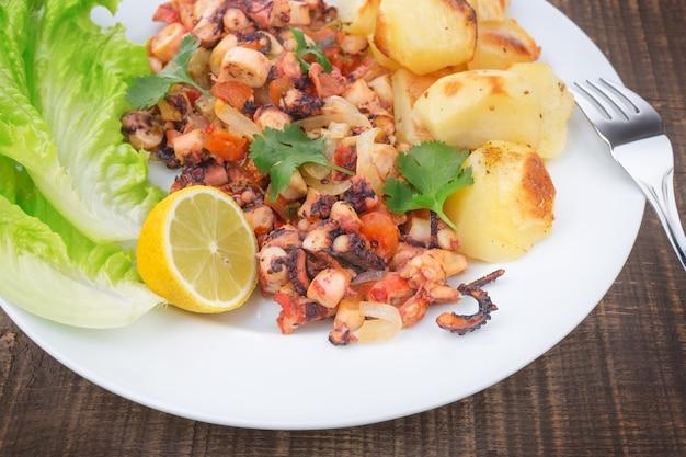 Delicatesse gerecht van gegrilde octopus, mariene producten.