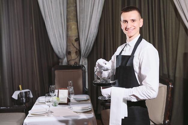 Delicatesse van de chef-kok. truffel veganistisch eten paddestoel. ober service maaltijd concept