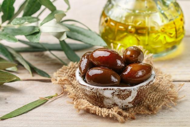 Delicatessen griekse kalamata zwarte rode glanzende olijven