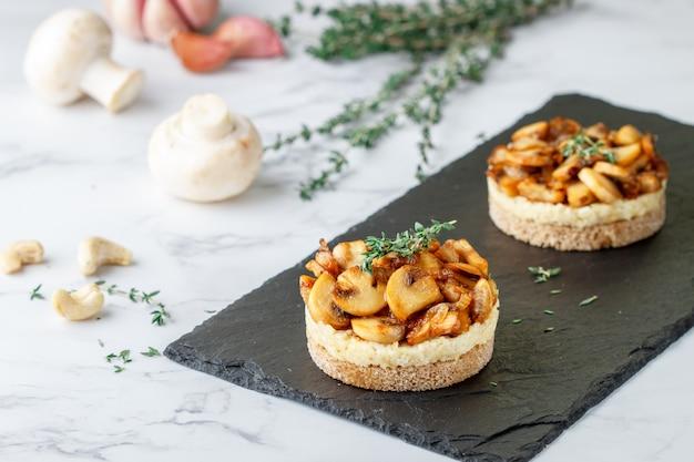 Delicatessen snack van gebakken champignons
