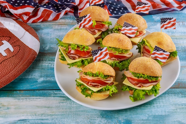 Delicatessenwinkel koude broodjes op plaat voor amerikaans voetbalspel partij.