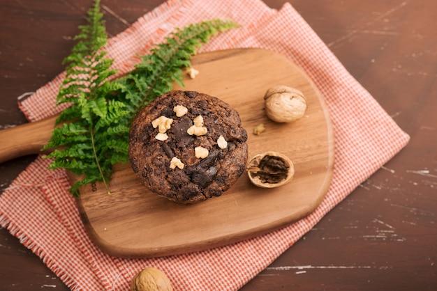 Dellicious zelfgemaakte chocolade walnoot muffin op tafel. klaar om te eten.