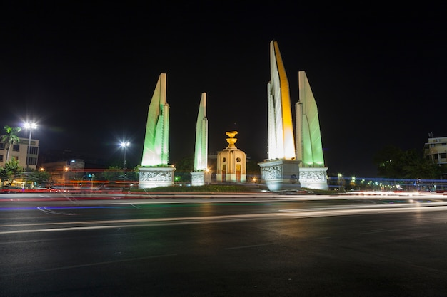 Democracy monument 's nachts