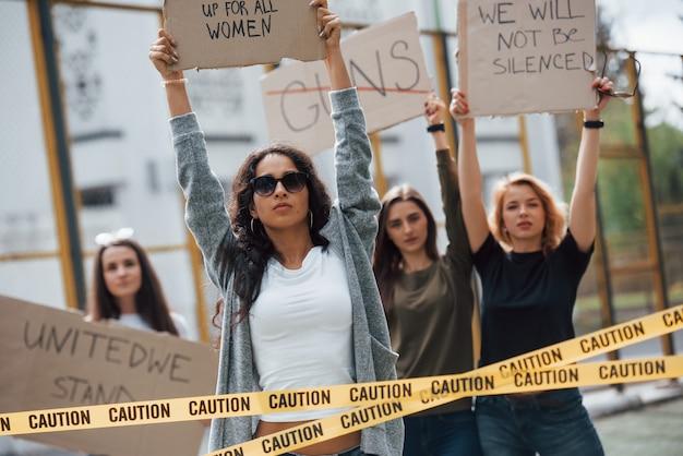 Democratie in europese landen. een groep feministische vrouwen protesteert buitenshuis voor hun rechten